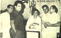 Mohd Rafi with Suman Kalyanpur, Hasrat Jaipuri, Jaikishan and recordist Minoo Karthik