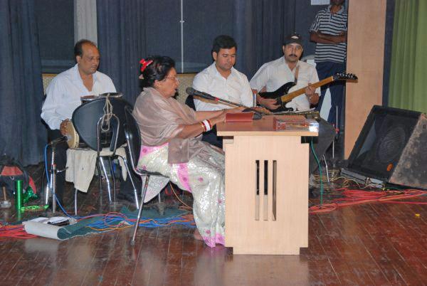 Mubarak Begum singing 'Mujhko apne gale laga lo, ae mere Humrahi'