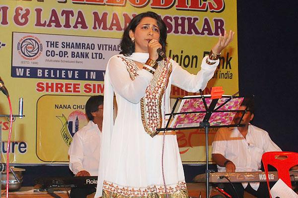 Mona Kamath singing Jyoti Kalash Chalke